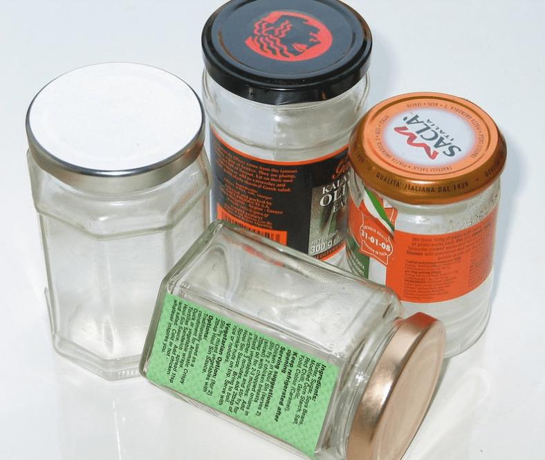 """Greenwashing - W przypadku kiedy butelki i słoiki są wyrzucane do pojemnika na szkło – ok. ¼ szkła jest """"tracona"""" przez utratę jakości i jest stosowana na podsypkę przy budowie dróg lub w najlepszym wypadku do produkcji wełny mineralnej"""